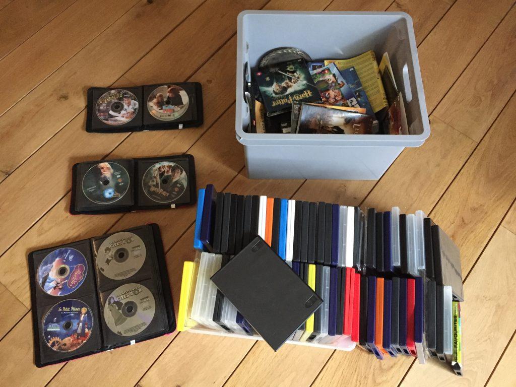 Il nous a fallu moins d'une heure pour trier et ranger une centaine de DVD. D'un côté les DVD soigneusement glissés dans des pochettes, les jaquettes au recyclage papier, les boitiers en plastique au recyclage plastique.